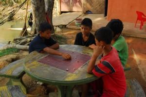 Kinder beim Brettspiel